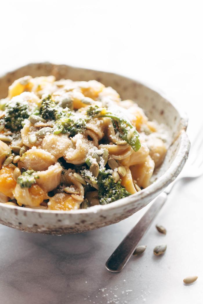 recette de courge butternut associée à des pâtes orecchiette, recette d'oricchete à la courge, parmesan et brocolis