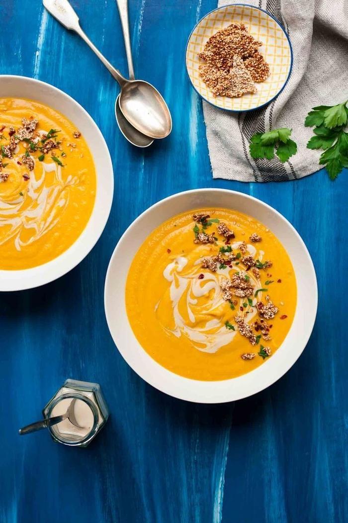 recette d'automne vegan de vélouté de patate douce et sauce tahini accompagné de nougatines de sésame