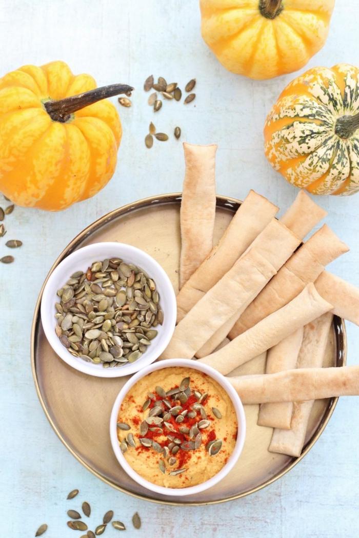menu d'automne pour recevoir des invités ou pour un repas entre amis, recette de la sauce hoummus aux graines de citrouille