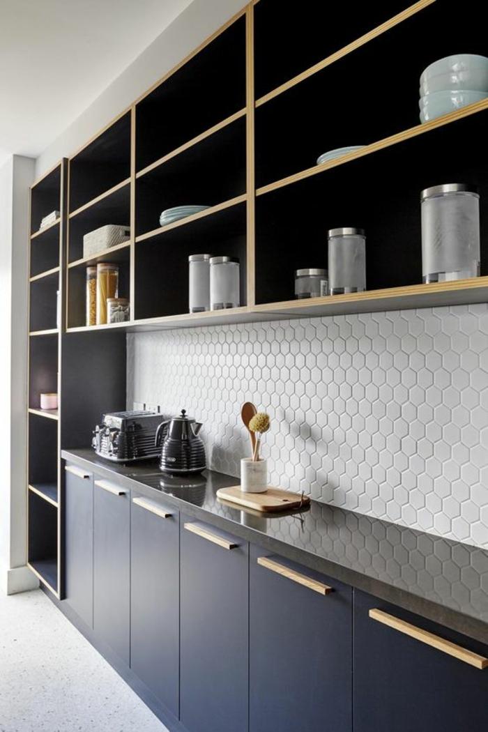 cuisine bleu nuit, cuisine bleu canard, deco bleu canard, crédence en blanc aux motifs ruches, meuble en beige avec des étagères ouvertes