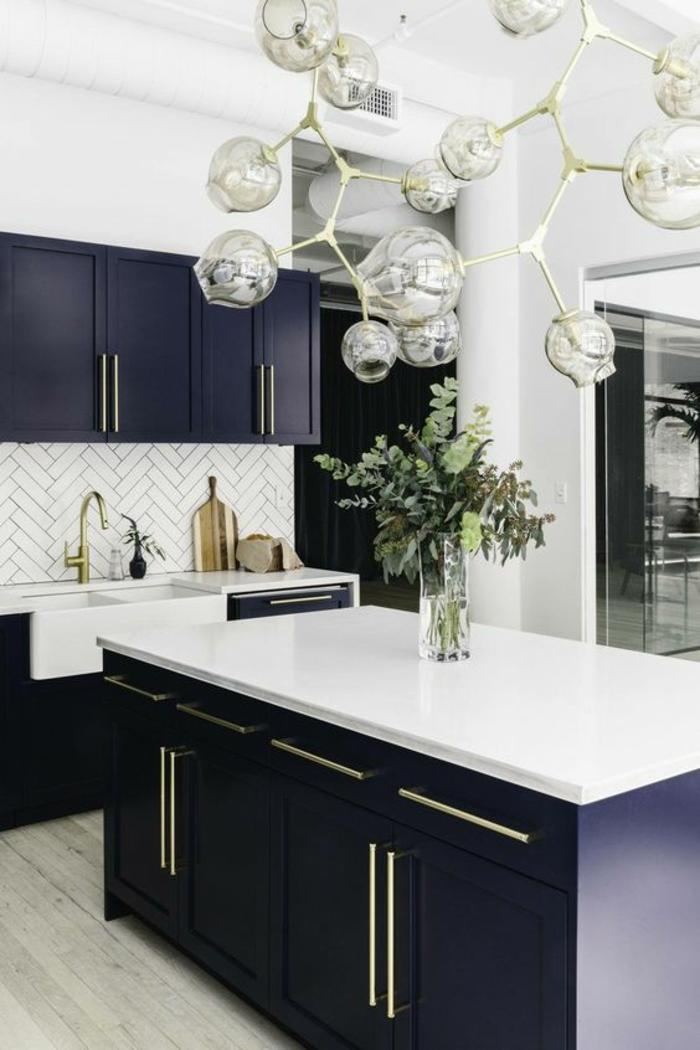 """deco bleu canard, cuisine bleu canard, grand lavabo vintage en blanc, meuble bleu canard avec plan de travail blanc, luminaire de très grande taille, crédence en briques blanches, avec effet """"parquet"""""""