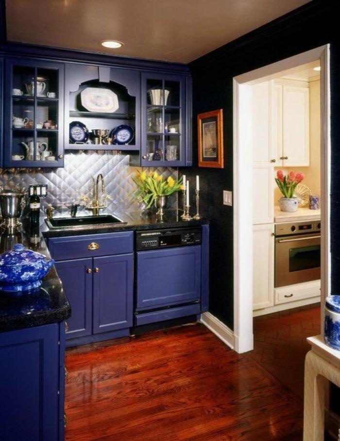 meuble bleu canard, deco bleu canard, parquet en marron laqué et brillant, objets en faïence et porcelaine de Chine, meubles classiques avec des vitrines