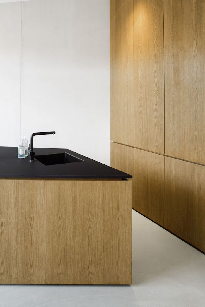cuisine design en bois clair et évier noir mat