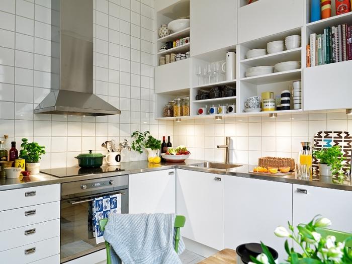 mobilier scandinave, aménagement de cuisine d'angle avec meubles blancs et comptoir métallique