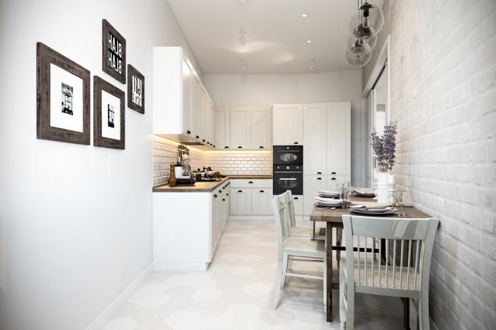 amenagement cuisine, table à manger en bois massif avec chaises blanches, revêtement des murs en papier peint imitation briques blanches