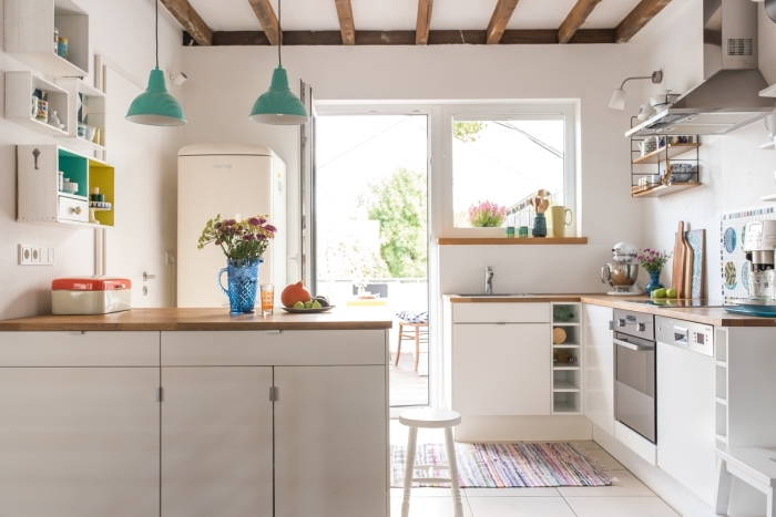 cuisine équipée, palette de couleurs chaudes dans la cuisine, aménagement petite cuisine avec ilot