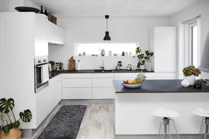 amenagement cuisine, décoration de la cuisine blanche en style scandinave avec comptoir noir