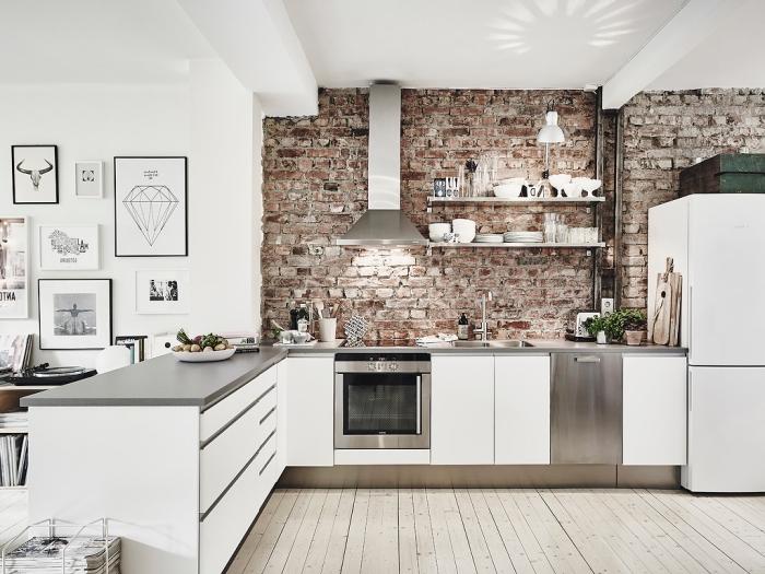modele de cuisine, plafond blanc avec plancher en bois clair et mur en briques foncé, aménagement de cuisine d'angle
