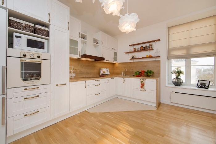 meuble d angle cuisine, idée comment organiser la cuisine d'angle avec plancher en bois clair et plafond blanc
