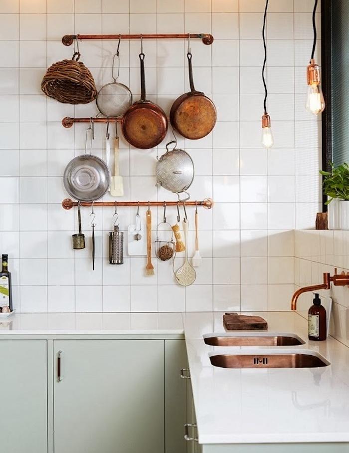 idee de couleur céladon meuble facade cuisine avec plan de travail blanc, tubes en cuivre pour exposer de la vaisselle, suspensions ampoules