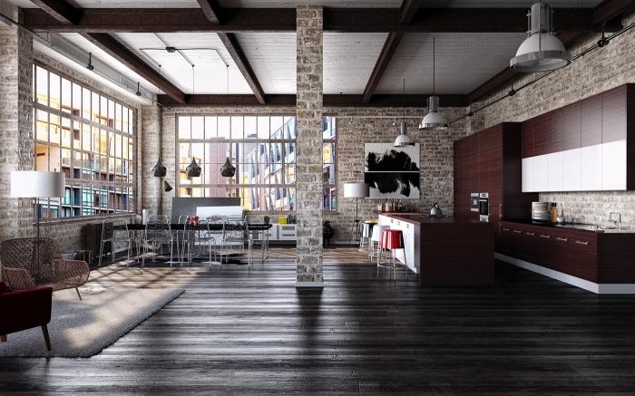 decoration d interieur, salon loft aux murs briques avec plafond blanc en poutres de bois foncés, tapis moelleux en blanc