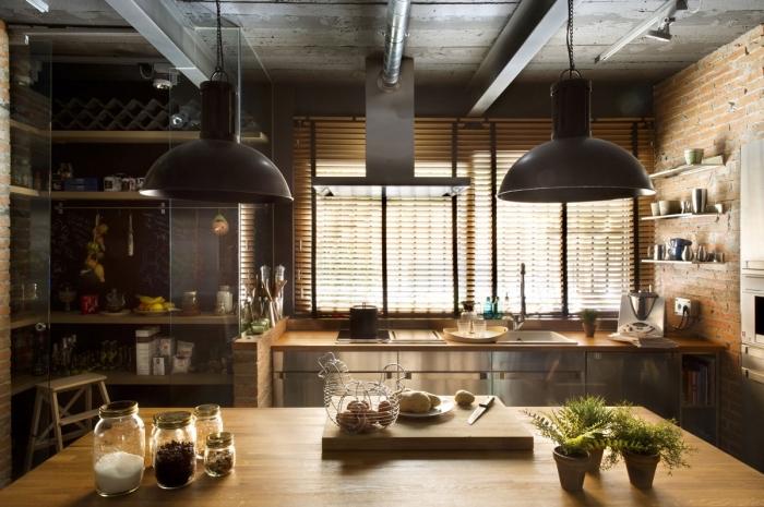 suspension luminaire, cuisine aux murs briques et meubles à design métallique et bois, étagère murale d'angle en bois clair