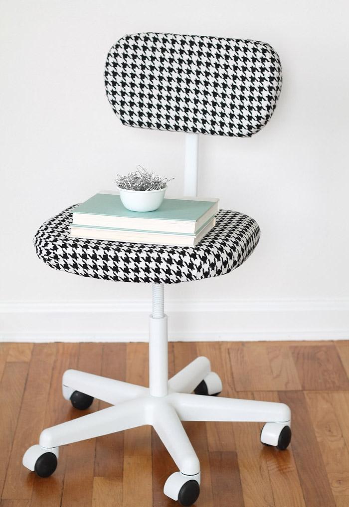 un projet de relooking meuble facile à réaliser pour habiller une chaise de bureau de tissu à motif pied-de-poule