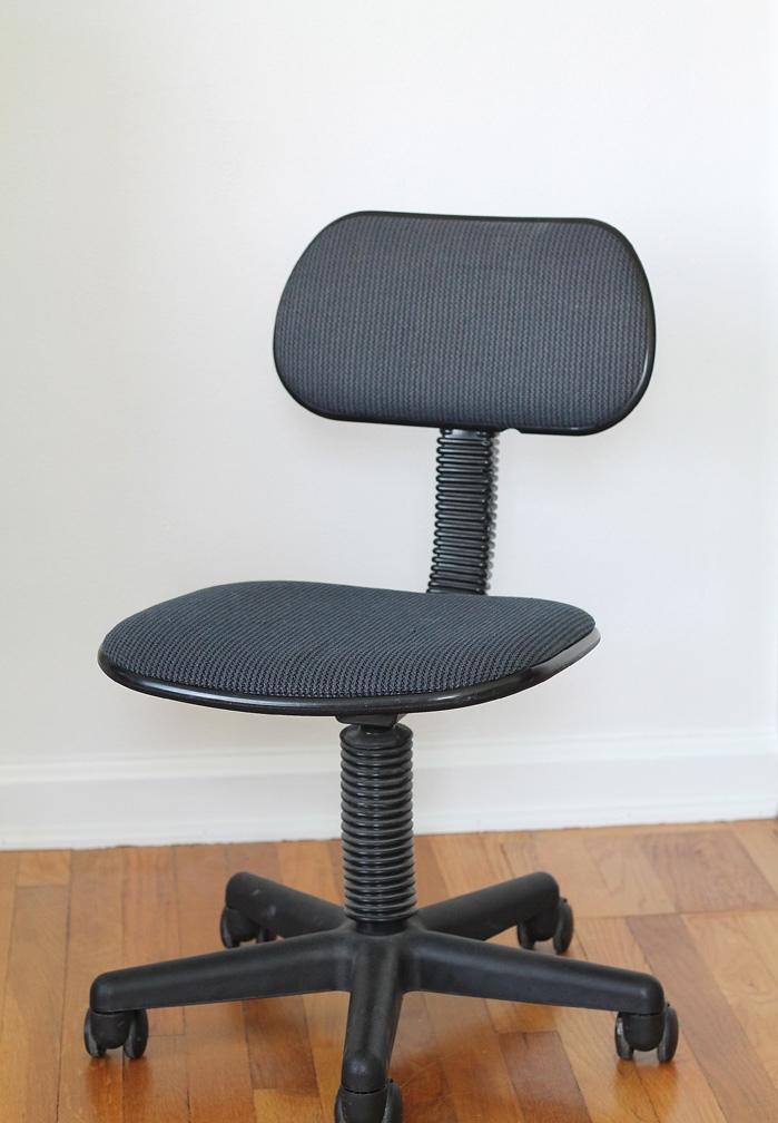 chaise de bureau gris transformée en pièce de mobilier tendance avec du tissu à motif pied-de-poule, projet facile pour un relooking meuble sophistiqué