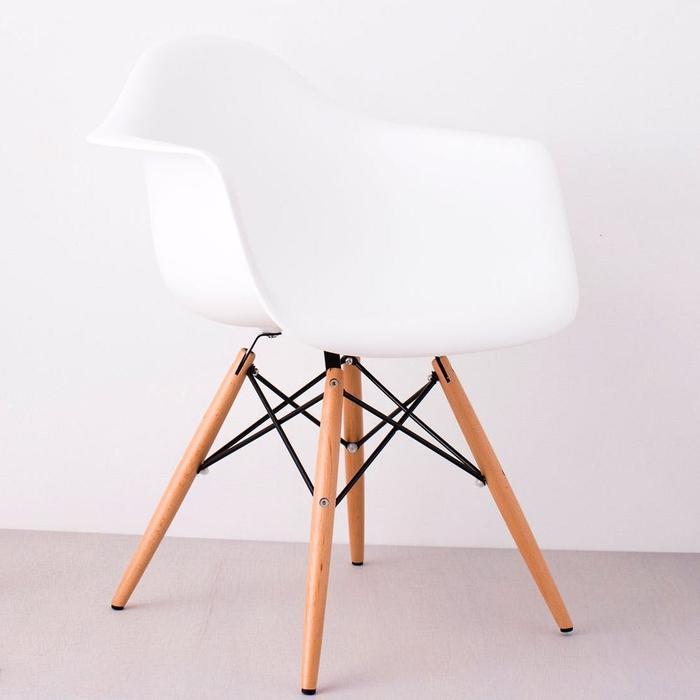 un meuble relookée avant après qui subit une transformation bluffante grâce au collage de serviettes à motif hexagonal