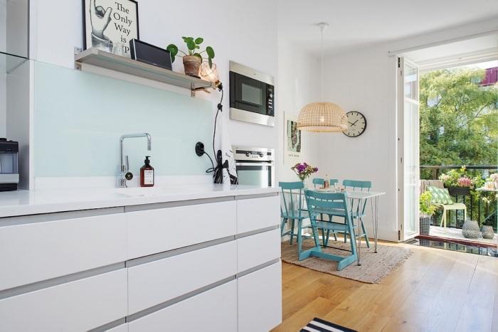 mobilier scandinave, tapis beige sur revêtement de plancher en bois stratifié, horloge beige et noir sur murs blancs