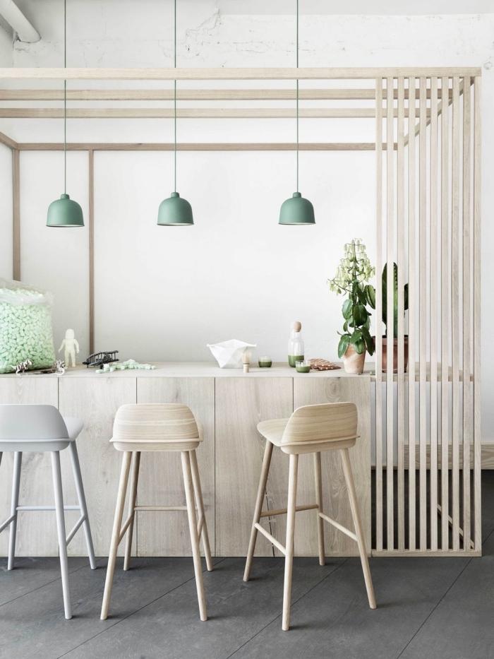 deco scandinave, ilot centrale en bois clair avec chaises de bar en bois et lampes suspendues en vert pastel