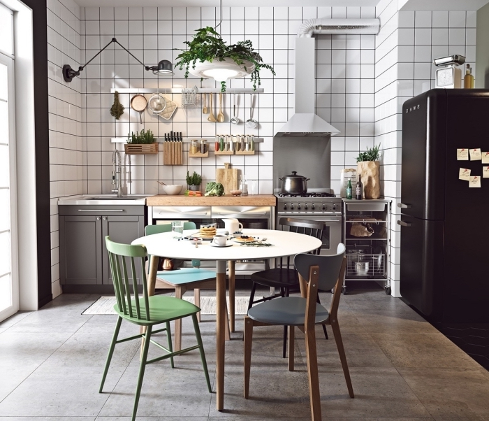 deco cuisine scandinave, rangement de cuisine murale, carrelage de sol imitation béton avec dalles murales en blanc