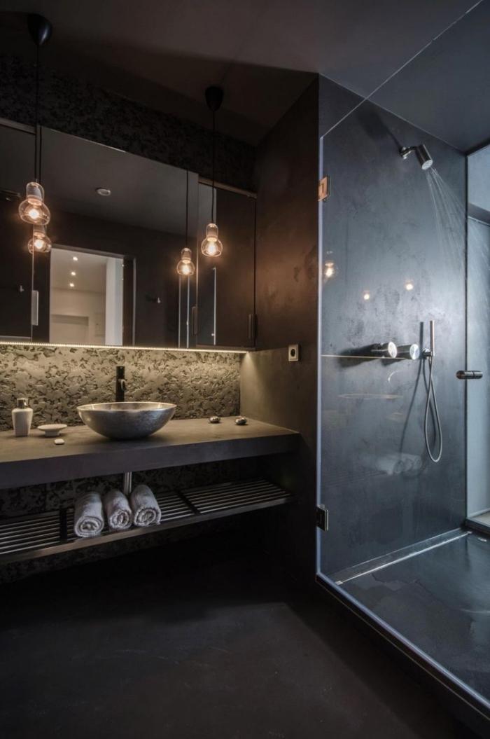 déco salle de bains à design industriel, salle de bains aux murs noirs avec armoires et éclairage led