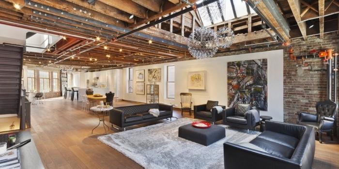 decoration d interieur, aménagement studio loft aux murs blancs avec plafond en poutres bois et éclairage led