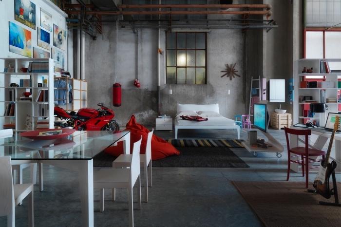 déco de studio loft industriel, mur de cadres photos, rangements verticale et horizontale en bois peint blanc