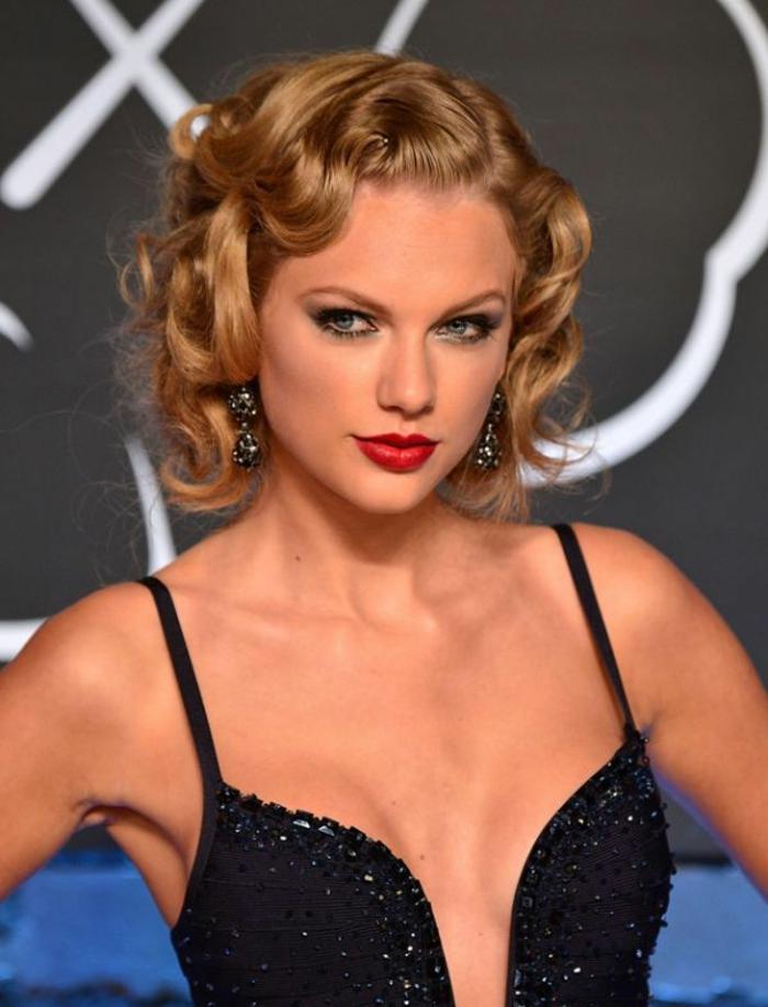 mini vague sur cheveux courts, Taylor Swift avec robe officielle et coiffure glamour