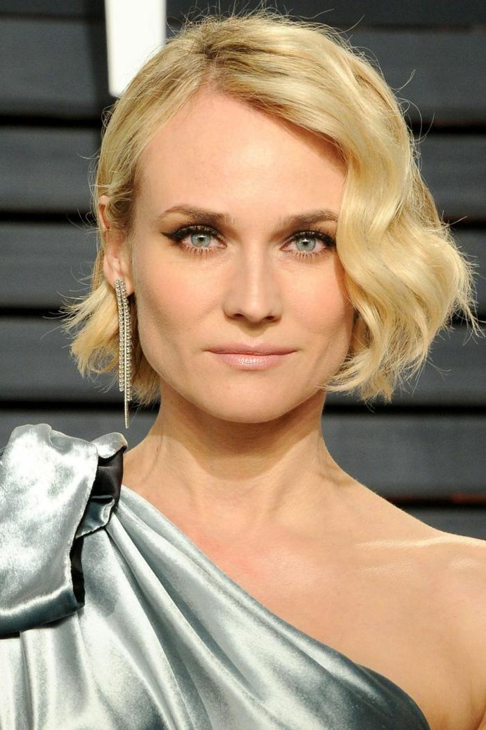 mini vague sur cheveux courts, robe métallique, yeux bleus, cheveux blonds, robe couleur métal