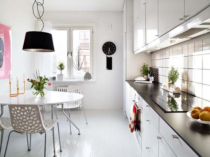 modele de cuisine, petite cuisine blanche avec table à manger ronde et chaises blanche, comptoir de cuisine noir