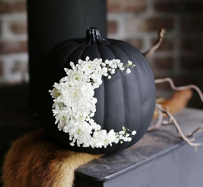 citrouille halloween, bricolage facile pour Halloween à réaliser avec citrouille peinture noire et fleurs blanches