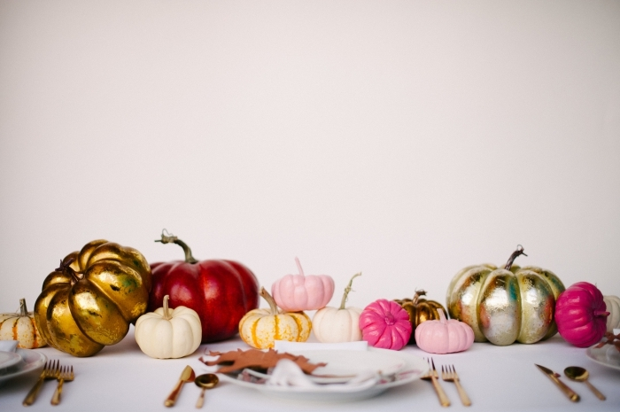 citrouille halloween, décoration intérieure de la table Halloween avec plusieurs citrouilles de tailles et couleurs variées