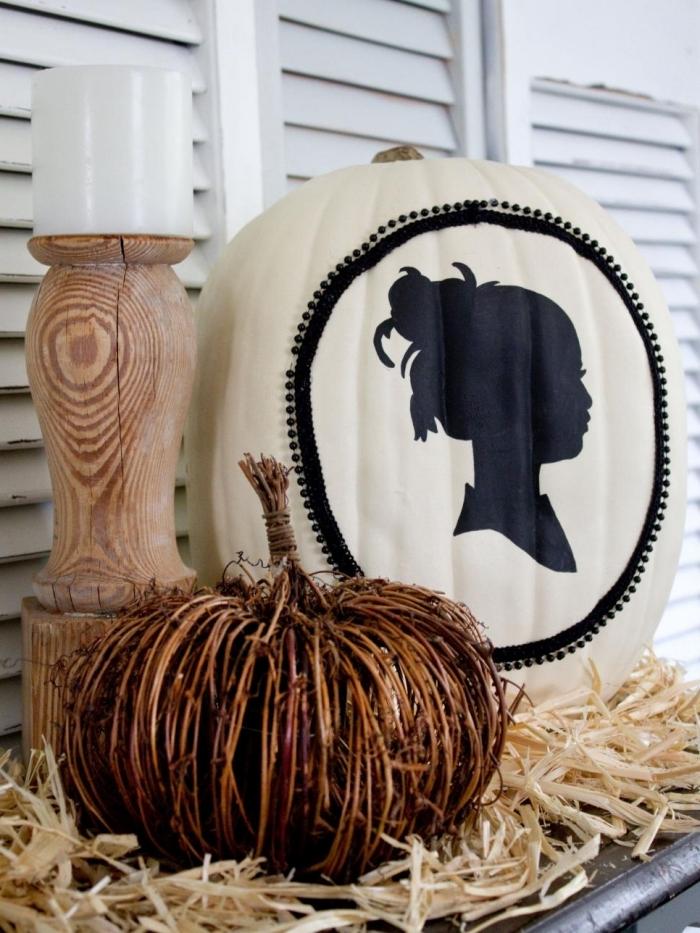 activité manuelle pour halloween, décoration fait main avec citrouille peinte blanche et lampe en bois
