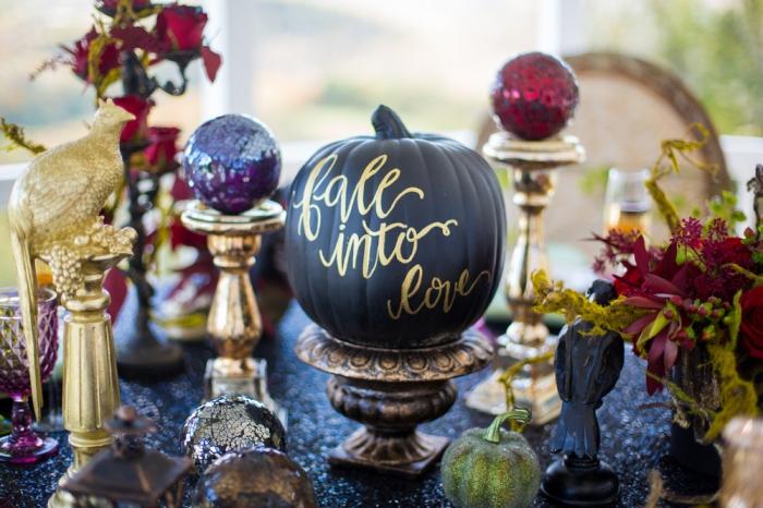 décoration halloween a fabriquer, statuette décorative à design oiseau en or, citrouille noire avec lettres dorées