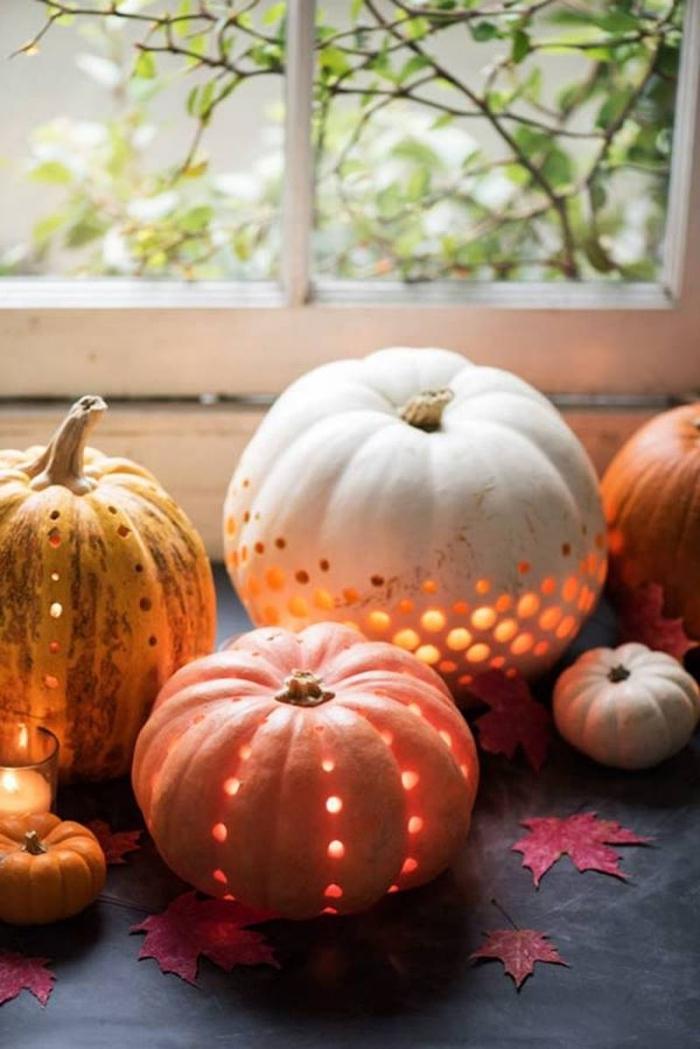 déco halloween d'intérieur, modèles de citrouilles lumineuses en orange et blanc, activité manuelle halloween
