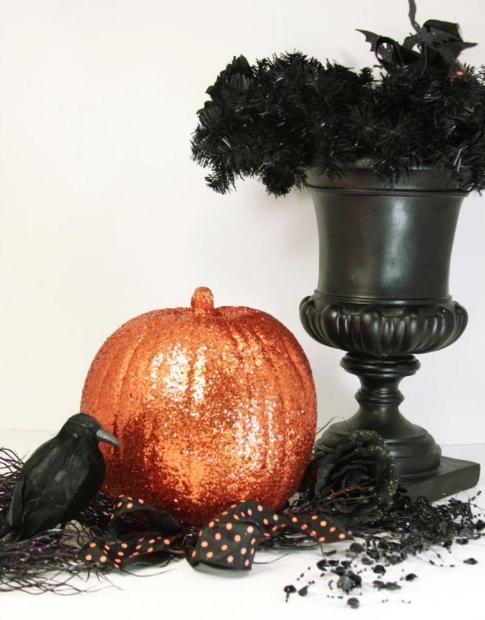 fete halloween, objets décoratifs diy pour halloween, petite citrouille peinte en glitter orange et guirlande noire