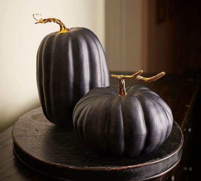 citrouille halloween, objets décoratifs pour halloween, table bois ronde en noir avec modèles de citrouilles noires