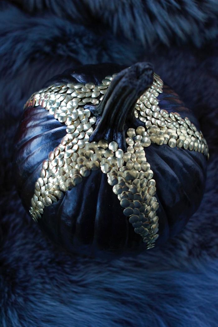 citrouille halloween, plaid en faux fur bleu foncé avec citrouille peinte noire couverte de studs dorés