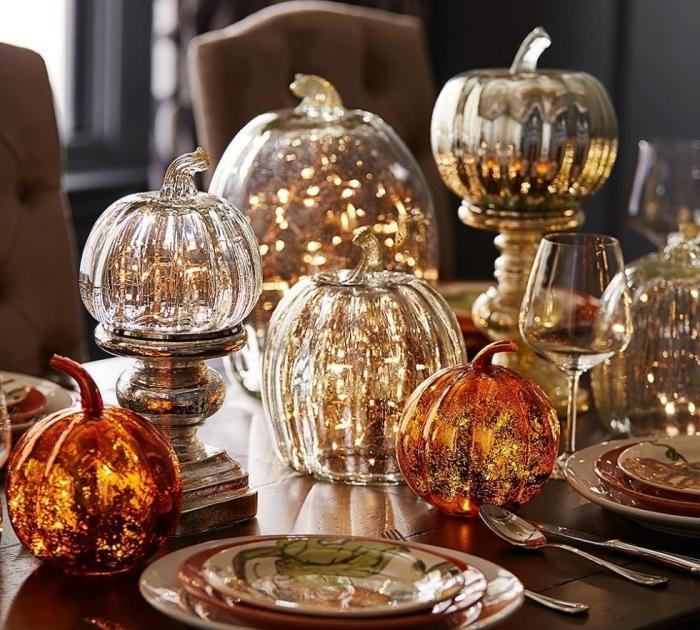 activité manuelle halloween,, décoration halloween de la table avec lampes et citrouilles lumineuses