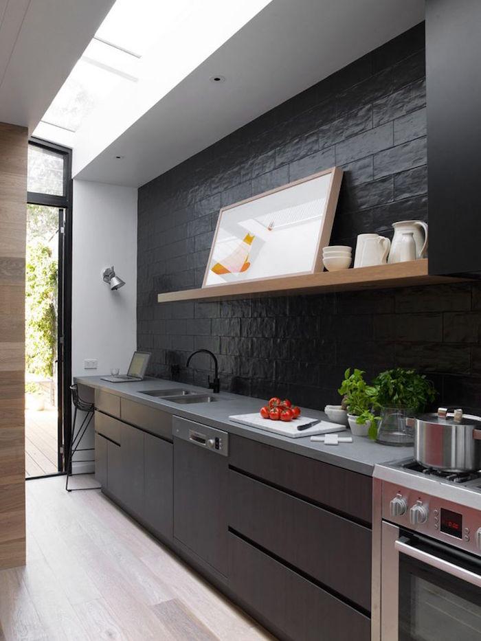 facade cuisine meuble noir mat sur parquet