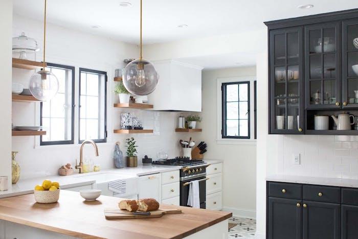 campagne chic decoration dans une cuisine avec meuble blanc et noir, etageres bois ouvertes, suspensions boules, robinetterie cuivre
