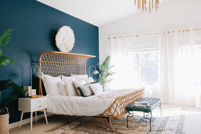 idée comment amenager une chambre, style oriental, lit bois, linge de lit blanc, tapis oriental, plante verte, peinture bleu pétrole sur un seul pan de mur, grandes fenêtres et rideaux blancs