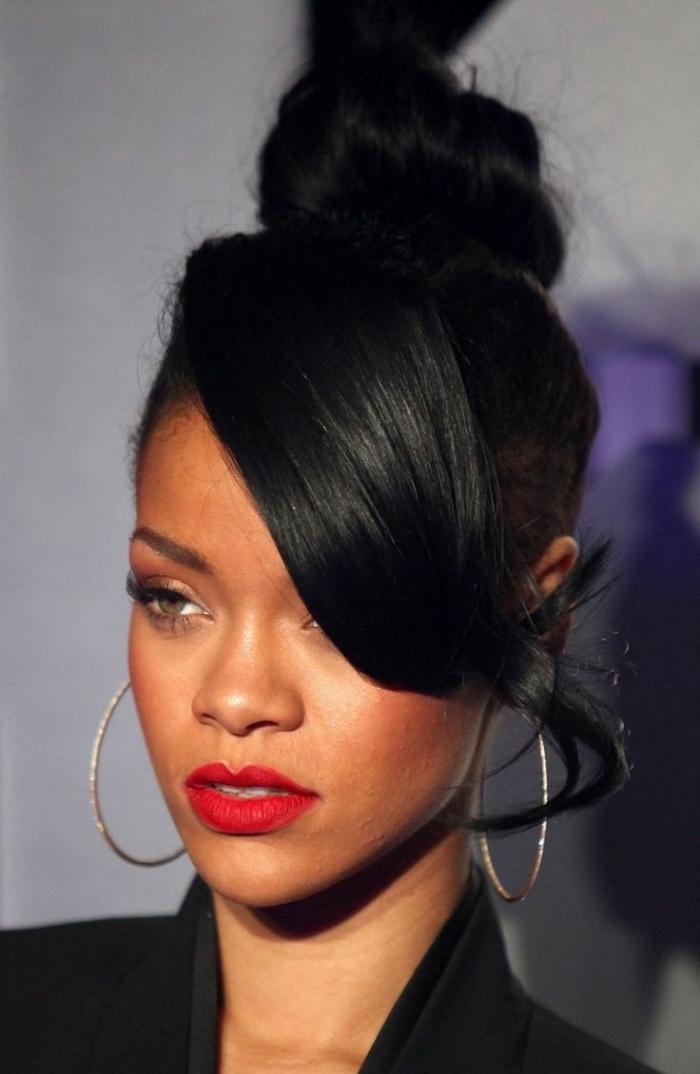 idée coiffure cheveux longs, coiffure célébrité de Rihanna, coiffure cheveux attachés en chignon haut avec frange longue