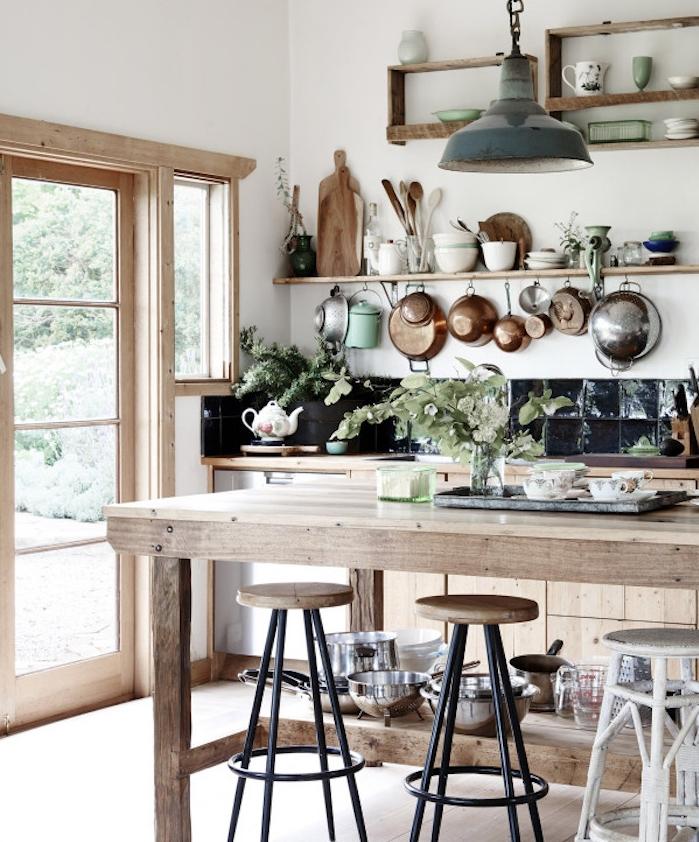 campagne decoration avec meuble cuisine en bois, etageres bois ouvertes, comptoir bois, credence carrelage noir, ustensiles de cuisine en blanc, cuivre et bois