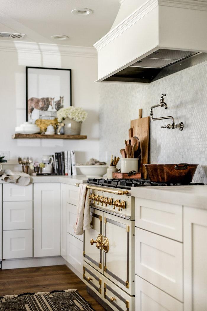 amenagement cuisine campagne chic avec meuble cuisine blanc, crédence en carrelage gris clair, piano de cuisson, tapis gris et blanc