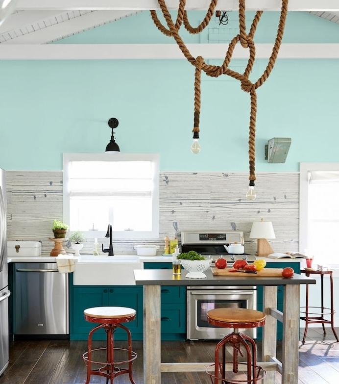 campagne decoration facade cuisine bleu canard, credence aspect bois, etabli gris, suspension originale de corde et ampoules, tabourets bar rouges