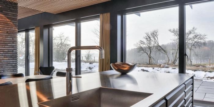 design moderne de la cuisine scandinave aux murs briques foncées et murs peints en gris anthracite
