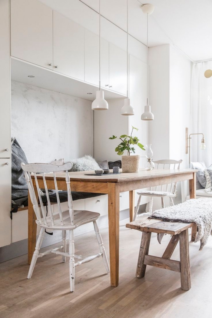 design scandinave, décoration de la cuisine ouverte vers la salle à manger, table à manger en bois massif avec banc et plaid faux fur
