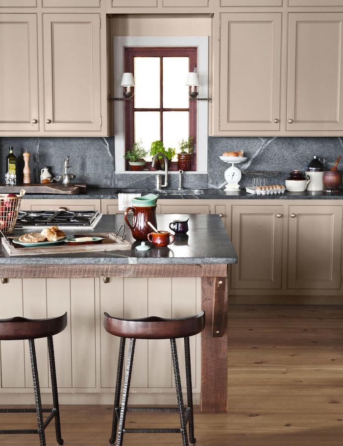cuisine ancienne avec ilot centrale t facade cuisine gris marron clair, credence et plan de travail gris, tabourets anciennes