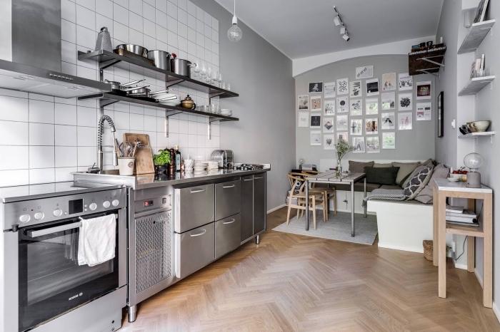 deco nordique, idée comment aménager une cuisine en longueur, carrelage murale en blanc avec équipement de cuisine métallique