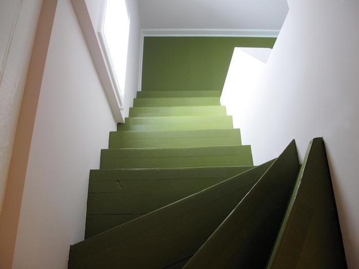 idée pour repeindre un escalier en bois de peinture vert olive, effet ombré, murs blancs, deco simple et naturelle