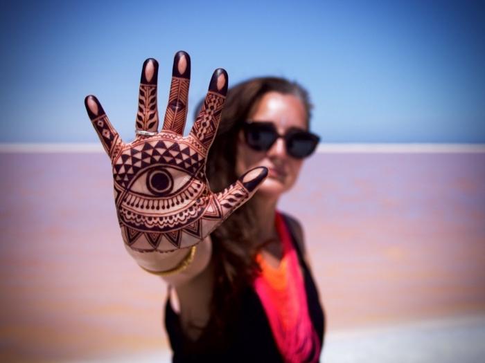 tatouage non permanent, tatouage henné noir, décoration sur la peau au henné noir à motifs triangulaires